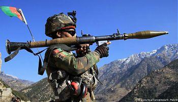 سرباز افغان با راکت.jpg